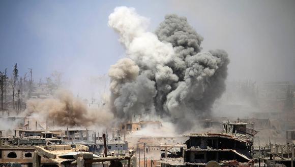 En esta foto de archivo, tomada el 22 de mayo de 2017, el humo se eleva desde los edificios luego de un ataque aéreo reportado en un área controlada por los rebeldes en la ciudad de Daraa, en el sur de Siria. (Mohamad ABAZEED / AFP)
