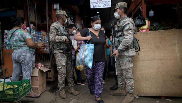Militares resguardando la entrada de un mercado. (GEC)
