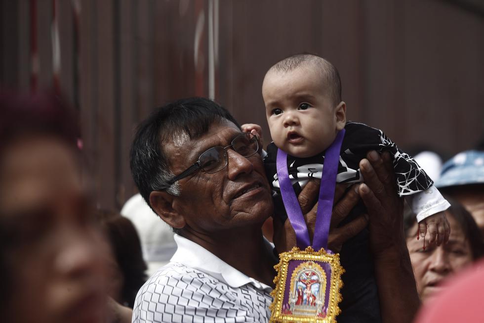 Inolvidable postal del bebé y su hábito morado en última procesión del Señor de los Milagros. (Renzo Salazar)