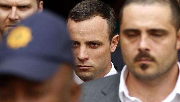 Oscar Pistorius se derrumba al ver fotos de su novia muerta. (Reuters)
