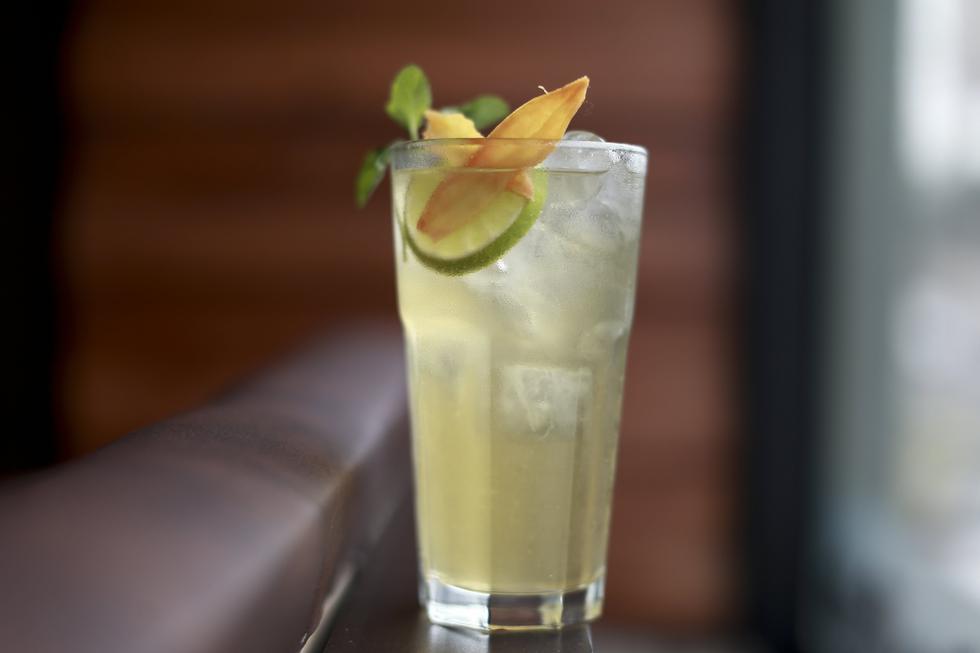 El pisco, el destilado peruano por excelencia, se mantiene en nuestras mesas, pero innovando. No solo lo encontramos en cócteles, sino en comidas e incluso postres. (USI)