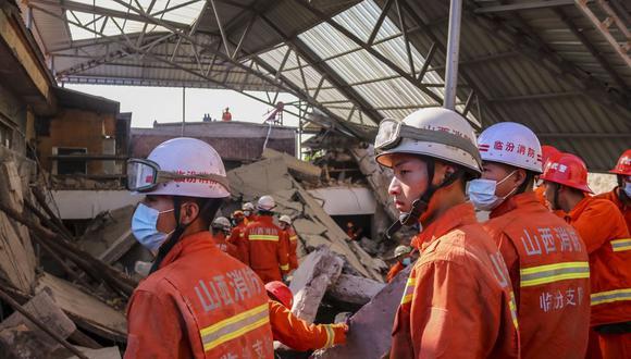 Los equipos de rescate trabajan en el sitio de un restaurante de dos pisos colapsado en el condado de Xiangfen, en la provincia de Shanxi. (EFE/JIN JI CHINA OUT).