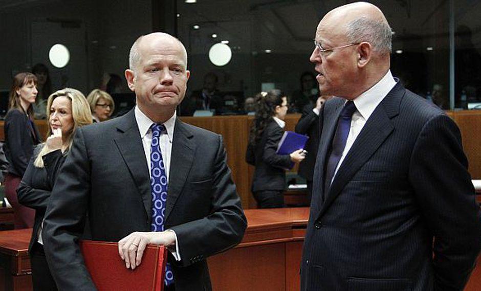 El canciller británico William Hague (izq.) y su par holandés Uri Rosenthal conversan al término de su reunión. (Reuters)
