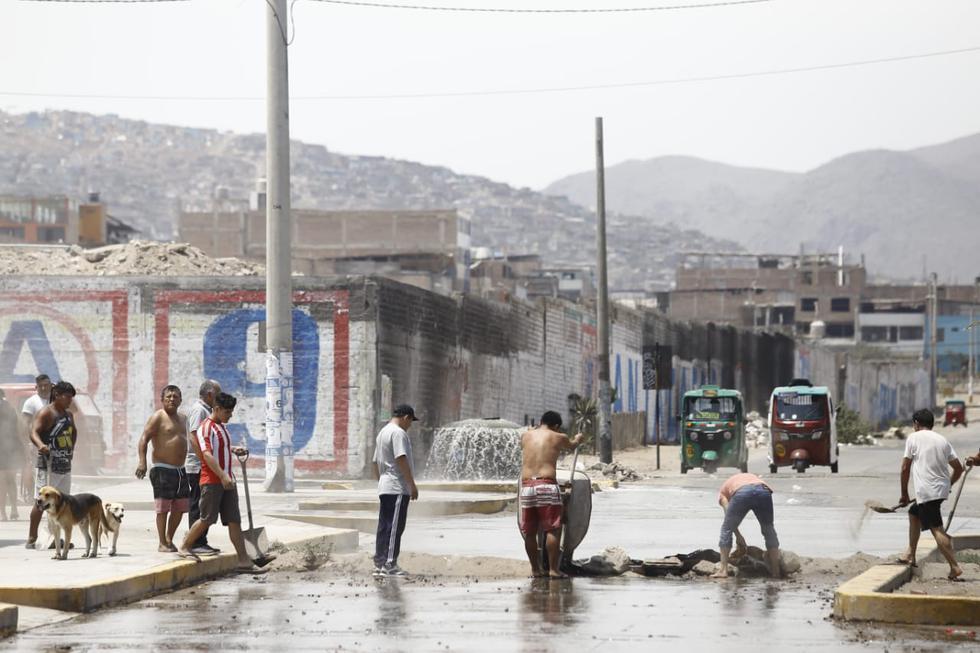 Vecinos de Villa El Salvador sufren aniego en pleno estado de emergencia. (Jessica Vicente/GEC)