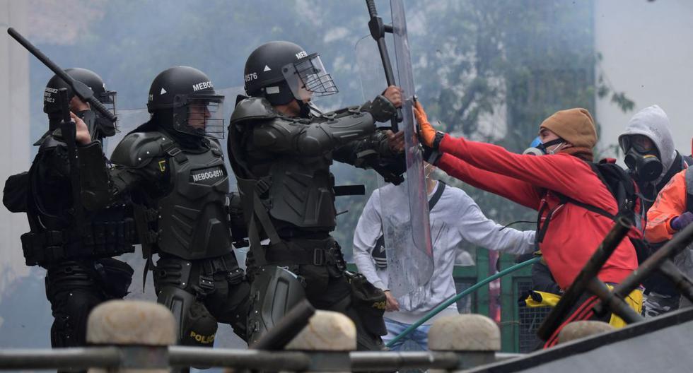 Manifestantes chocan con la policía durante una manifestación contra la reforma tributaria propuesta por el presidente colombiano Iván Duque, en Bogotá, el 28 de abril de 2021. (Raúl ARBOLEDA / AFP).