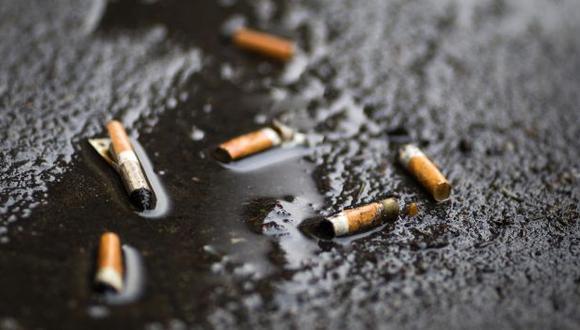 Colillas de cigarrillo son un gran problema para las autoridades en París. (AFP)