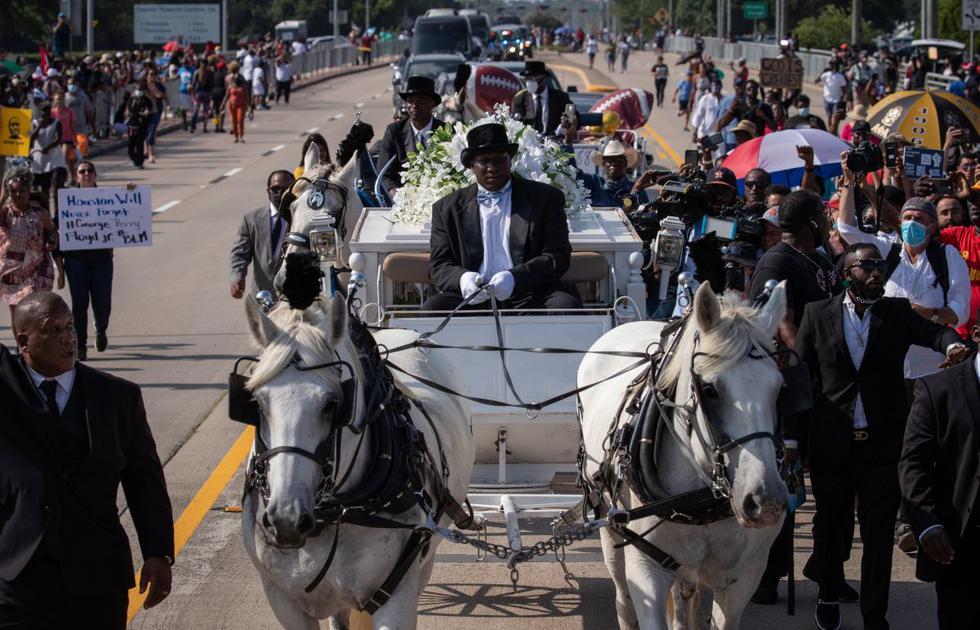 El ataúd del carruaje tirado por caballos de George Floyd, cuya muerte bajo custodia policial de Minneapolis ha provocado protestas en todo el país contra la desigualdad racial, llega para su entierro en el cementerio Houston Memorial Gardens en Pearland, Texas. (REUTERS/Adrees Latif).