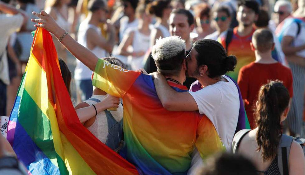 """Participantes en la manifestación Pride LGTBI recorrieron esta tarde las calles de Barcelona reivindicando las familias LGTBI bajo el lema """"We are family"""". (Foto: EFE)"""