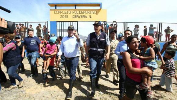 El premier Fernando Zavala y el ministro Martín Vizcarra entregaron ayuda a damnificados en Trujillo. (MTC)