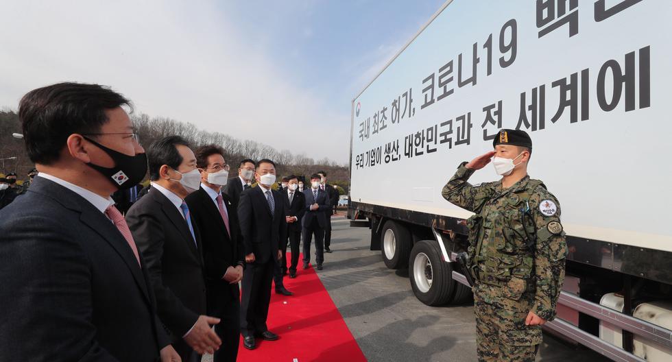 Un soldado saluda al primer ministro Chung Sye-kyun (2-izquierda) antes de transportar las vacunas AstraZeneca desde la planta de la farmacéutica surcoreana SK Bioscience Co. para un centro logístico en Andong, el 24 de febrero de 2021. (EFE/EPA/YONHAP SOUTH KOREA).