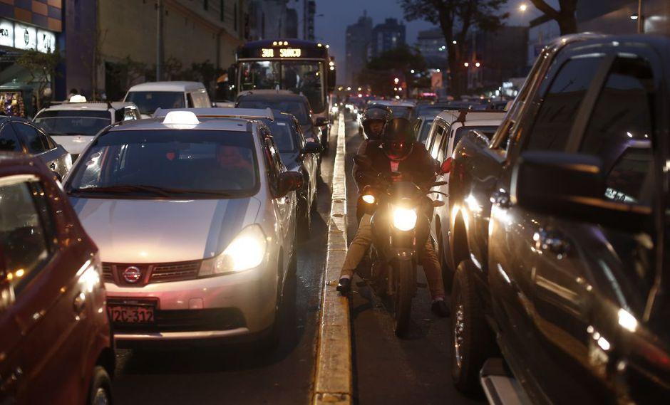 El habitual congestionamiento vehicular se acrecentó durante la hora punta. (GEC)