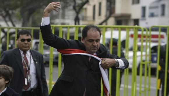 MANO LARGA. A Villena se le fue la mano y se quedo sin su fajín ministerial. (Rafael Cornejo)