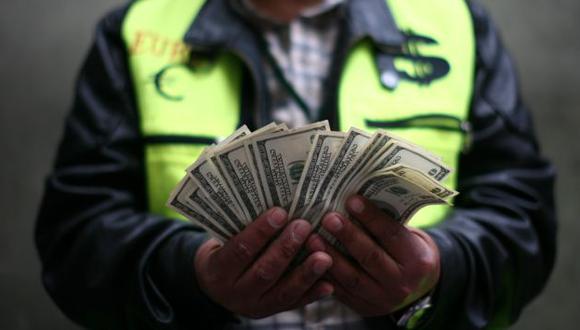 Se dispara por demanda de empresas por divisa y poca oferta del billete verde ante menor ingreso de capitales. (David Vexelman)