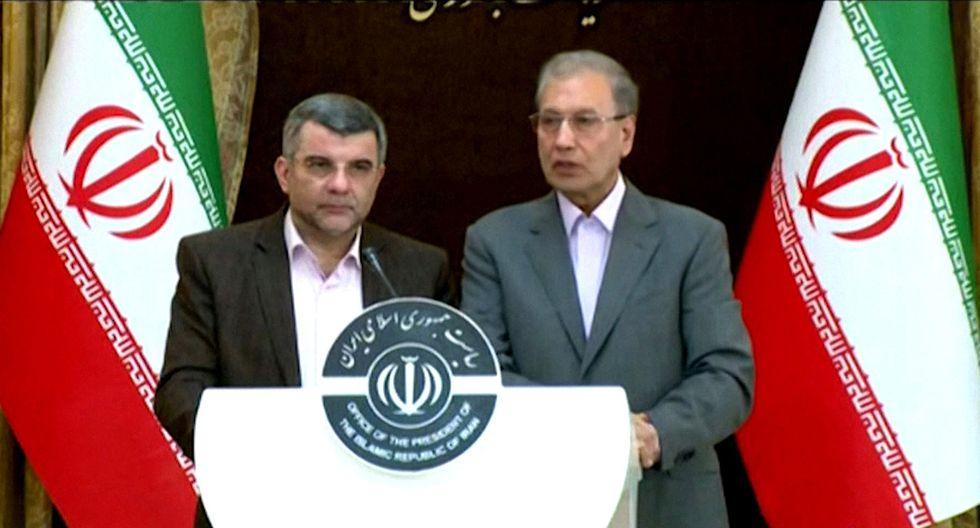 Portavoz del gobierno de Irán Ali Rabiei (derecha) y al viceministro de salud Iraj Harirchi durante una conferencia de prensa en Teherán. El viceministro de salud  confirmó que dio positivo por el nuevo coronavirus. (Foto: AFP)