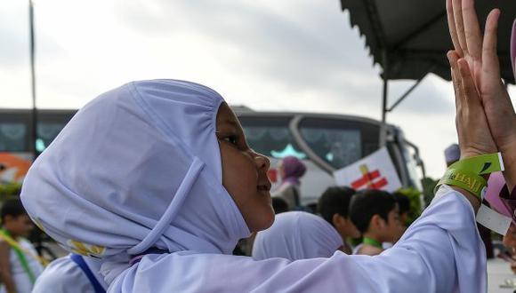 Una niña musulmana de Malasia vestida con hijab blanco que es el atuendo tradicional para las mujeres musulmanas que realizan la peregrinación Hajj. (Foto referencial: AFP)