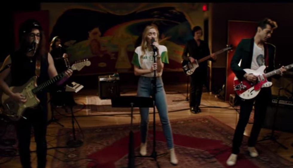 """Miley Cyrus, Mark Ronson y Sean Ono Lennon, el hijo de John Lennon, estrenaron el video de su versión de """"Happy Xmas (War Is Over)"""". (Foto: Captura de video)"""
