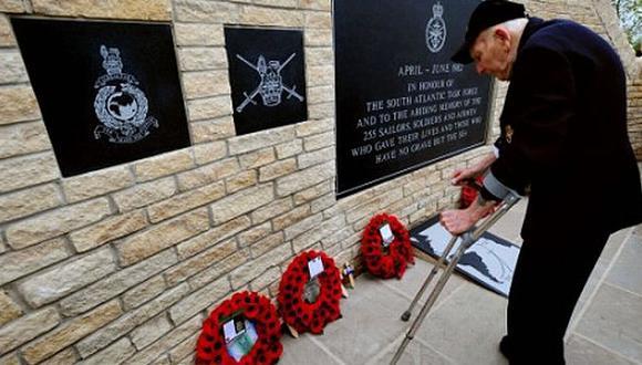 Excombatientes rindieron honores a caídos. (Foto: Internet)