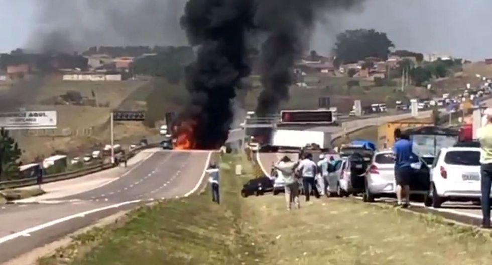 Un grupo de ladrones asaltaron un terminal de cargas y en su huida incendiaron tres camiones para bloquear a la policía. (Foto: Captura de video)