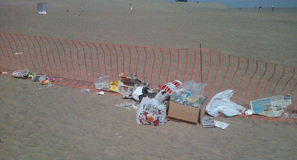 Los desperdicios han sido dejados en bolsas de plástico y cajas en medio del desierto. Foto: @greinap