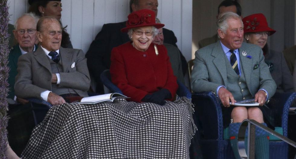 La reina Isabel, el príncipe Felipe (izquierda) y el príncipe Carlos son vistos en Braemar, Escocia, el 5 de septiembre de 2015. (REUTERS/Russell Cheyne).