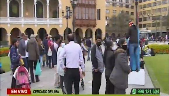 Tras el retiro de las rejas, muchas personas hicieron uso de los espacios de la Plaza de Armas de Lima. (Canal N)
