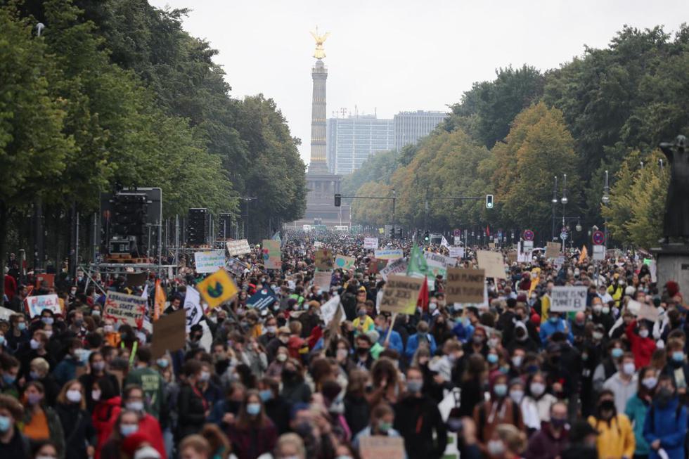Partidarios del movimiento Fridays For Future se manifiestan durante el día mundial de la acción climática en Berlín, Alemania. (EFE/EPA/HAYOUNG JEON).
