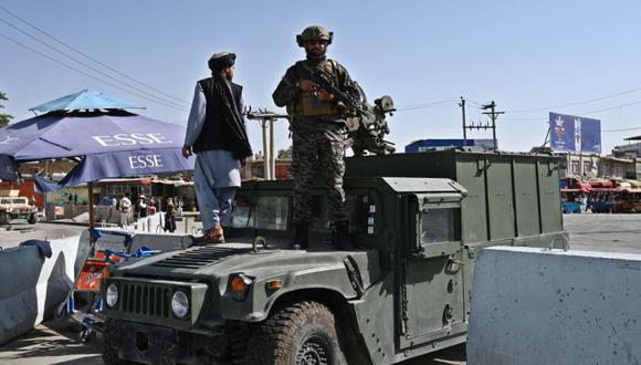 """Un combatiente talibán Badri, una unidad de """"fuerzas especiales"""", monta guardia en un vehículo Humvee en la puerta de entrada principal del aeropuerto de Kabul en Kabul el 28 de agosto de 2021, luego de la impresionante toma militar de Afganistán por los talibanes. (Foto: WAKIL KOHSAR / AFP)."""
