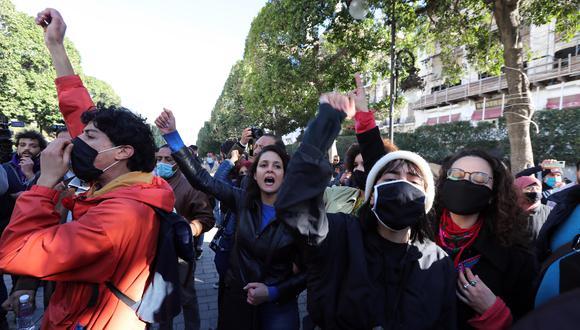 Los manifestantes antigubernamentales tunecinos gritan consignas durante una manifestación en Túnez. (Foto: EFE / Mohamed Messara)