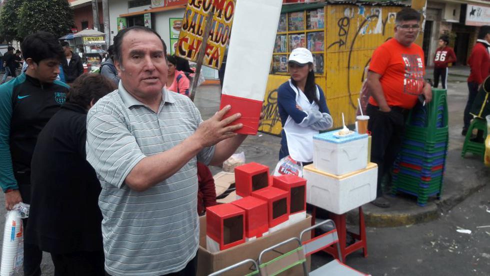 Victor Quispe ofrece sus periscopios desde las cinco de la mañana (Alvaro Treneman/Perú21)