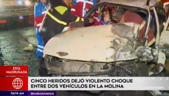 Un aparatoso choque entre dos vehículos dejó cinco heridos en el cruce de las avenidas La Molina y Rinconada del Lago(Captura: América Noticias)