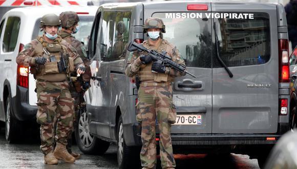 Las fuerzas de seguridad montan guardia en el lugar de un incidente cerca de las antiguas oficinas de la revista francesa Charlie Hebdo, en París, Francia. (REUTERS / Charles Platiau)