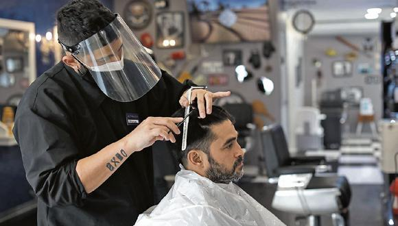 Las nuevas tendencias en el rubro de la belleza masculina: ondulaciones, rizado y el tinturado de cabello, según Montalvo For Men. (Foto: Anthony Niño de Guzman \ GEC)