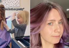 Niña de 3 años le tiñe el cabello de color púrpura a su madre y el resultado impacta