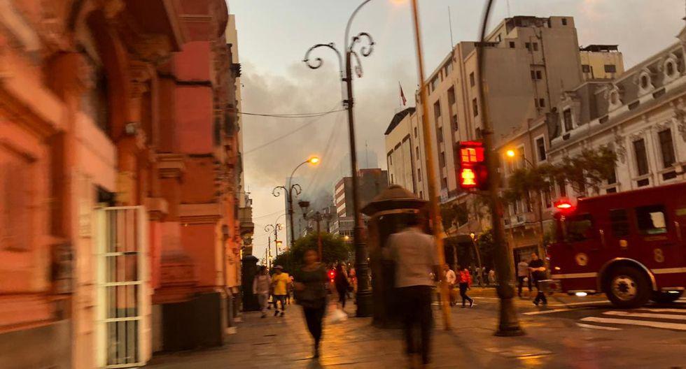 Se registra un incendio en la cuadra 7 de la avenida Colmena, en el distrito de Cercado de Lima. (Foto: Carlos Viguria)