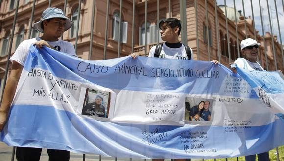 Familiares de la tripulación del ARA San Juan protestan frente a la Casa Rosada (AP)