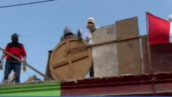 Los residentes del solar buscan evitar ser desalojados del inmueble ubicado en la calle Santa Cruz. (Foto: Canal N)