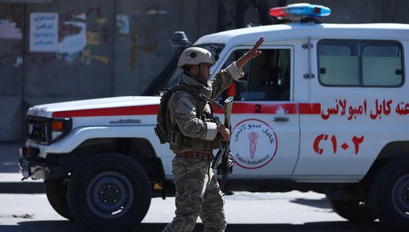 Un oficial de seguridad de Afganistán está de guardia en el sitio de un ataque suicida que atacó una puerta de uno de los departamentos del ministerio de Defensa en Kabul. (Foto: EFE)