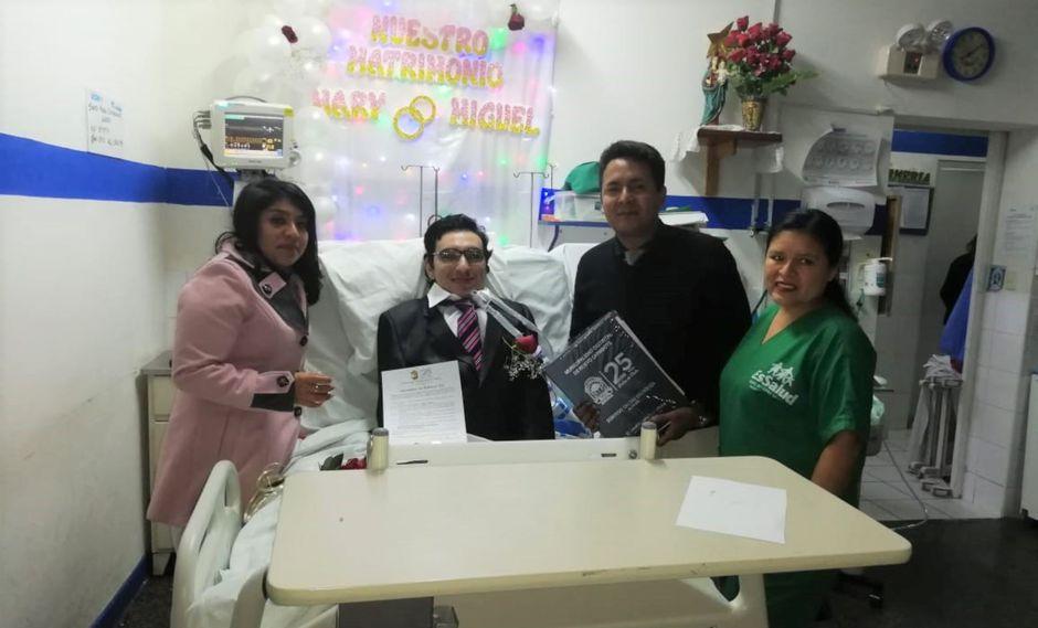 Mary Alva Silva (28) y Andrés Miguel Santamaría Cruzalegui (29) se unieron en matrimonio en la sala de cuidados intensivos del Hospital I de EsSalud, en en distrito de Nuevo Chimbote.