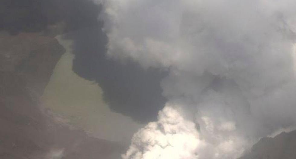 Una vista aérea muestra el humo que brama sobre el cráter de Whakaari, también conocido como el volcán White Island, cuando entra en erupción en Nueva Zelanda. (Reuters)