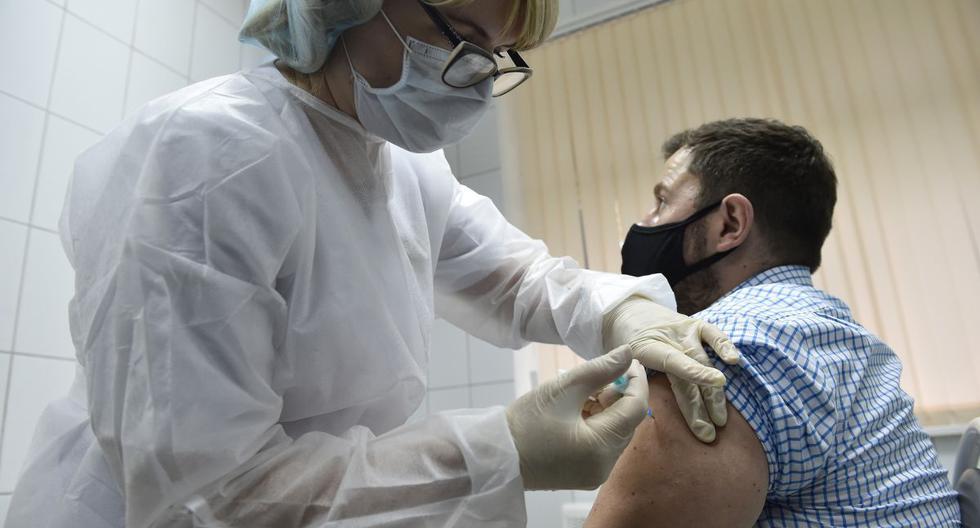 Una enfermera inocula al voluntario Ilya Dubrovin, de 36 años, con la nueva vacuna contra el coronavirus de Rusia en un ensayo posterior al registro en una clínica de Moscú el 10 de setiembre de 2020. (Foto referencial, Natalia KOLESNIKOVA / AFP).