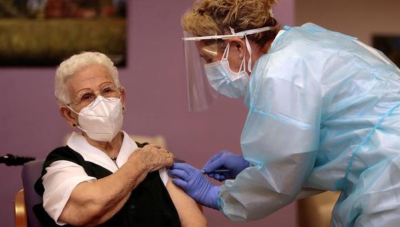 Araceli, una mujer de 96 años, residente en el centro de mayores Los Olmos de Guadalajara capital, ha recibido a las 9.00 horas la primera dosis de la vacuna en España. (Foto: EFE/Pepe Zamora POOL)