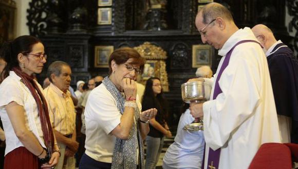 LE PUSO FE. Villarán fue temprano a misa y se encomendó a todos los santos antes de ir a votar. (David Vexelman)