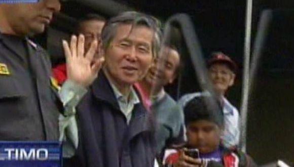 Alberto Fujimori salió sonriente y saludando de una clínica local. (Captura de TV)