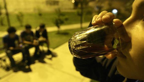 PELIGROSO. El consumo de licor genera el uso de las drogas. (Perú21)