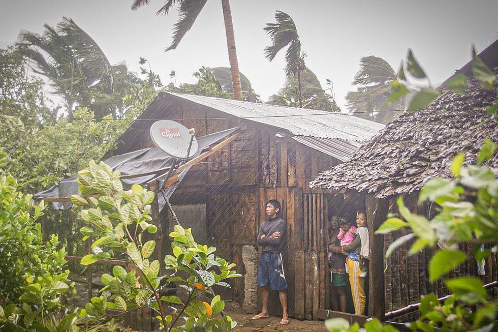 Los residentes se refugian en sus casas mientras observan la lluvia y el viento en la ciudad de Can-ávid, provincia de Samar Oriental, Filipinas central, el 14 de mayo de 2020, cuando el tifón Vongfong toca tierra. (Foto: AFP/Alren Beronio)