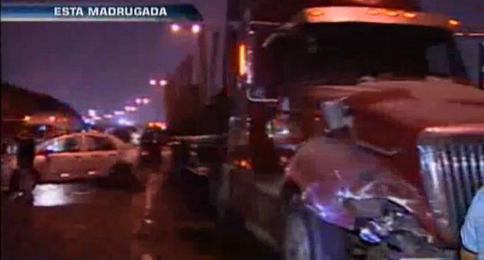 Siete unidades de bomberos fueron necesarias para rescatar a los accidentados. (América TV/Captura)