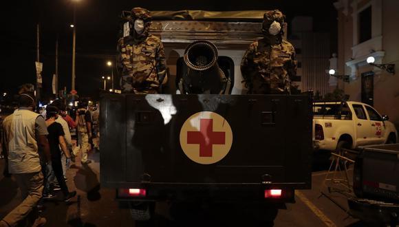 """El personal del Ejército detalló a """"América TV"""" que estos vehículos especiales desinfectarán las calles mencionadas con cloro mezclado con agua. (Foto: Hugo Pérez)"""