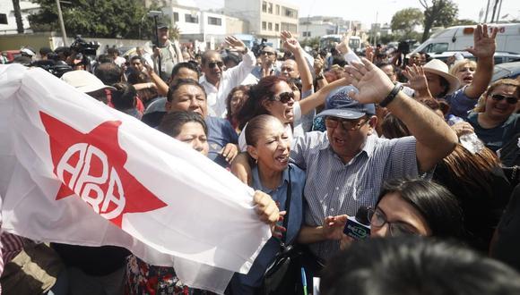 Algunos simpatizantes mostraron banderolas del Apra y forcejearon con la policía. (Foto: Daniel Apuy)