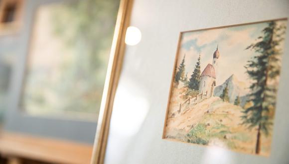 Los cinco cuadros presuntamente pintados por Hitler y que representan bucólicos paisajes, serán vendidos en la casa Weidler. Los precios de salida oscilan entre los 21.500 y 51.000 dólares. (Foto: AFP)