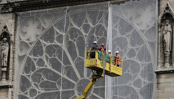 Obreros trabajan en la reconstrucción de Notre Dame, una semana después del incendio que devoró dos terceras partes de la catedral. (Foto: AFP)